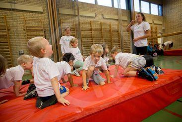 Barn har gymnastik.