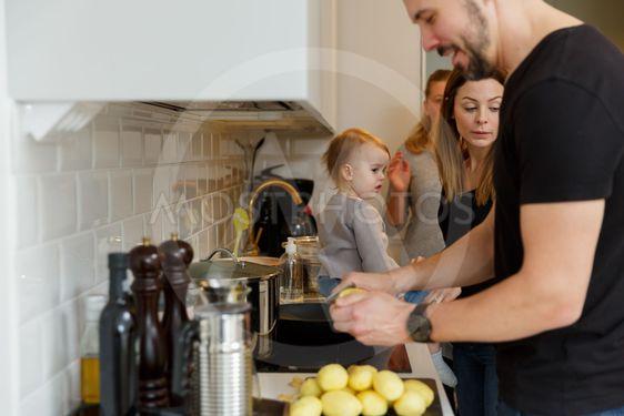 Familj lagar mat