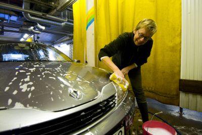 Kvinna tvättar sin bil
