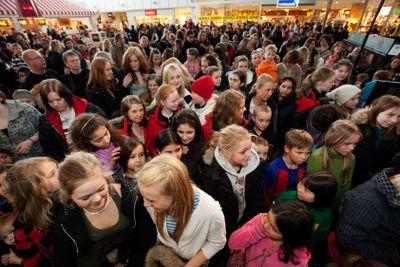 Publiken väntar på ett uppträdande, Upplands Väsby,...