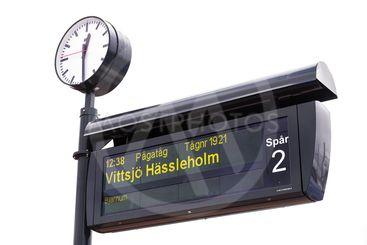 Klocka och plattformsskylt på en järnvägsstation / Clock...
