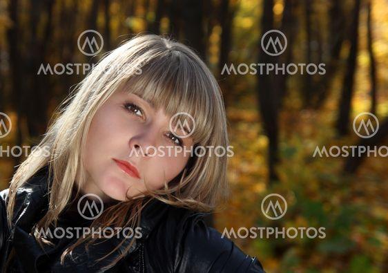Portræt af smukke unge pige