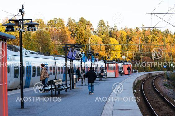 pendeltåget kommer in på Rönninge station