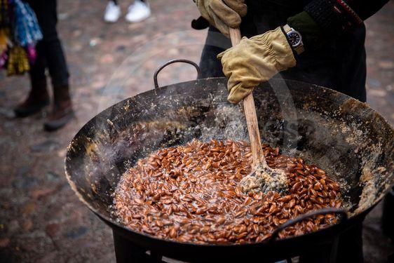 tillverkning av brända mandlar på julmarknad
