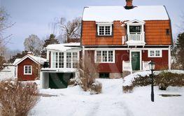 Röd trävilla och snö