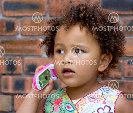 Unge sort pige legetøj celle telefonsamtaler