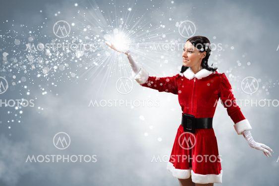 Portræt af pige iført santa claus tøj