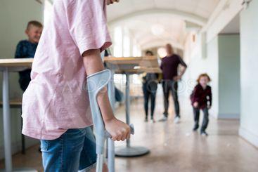 Barn med kryckor i skola