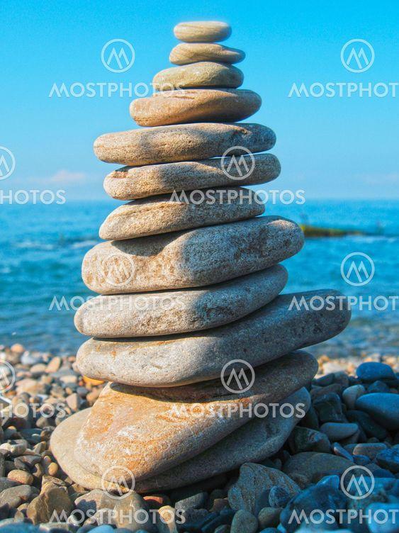 Tasapainotettu kivien merenrannikon rajamailla-summertime