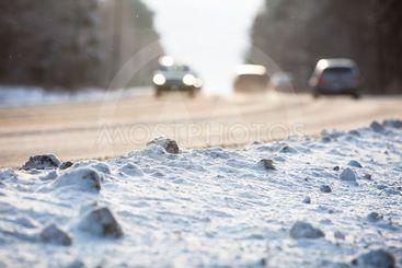 Bilar på snöig väg i vinterlag