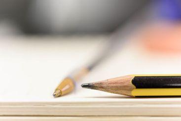 Un primer plano de un lápiz amarillo y negro