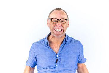 Porträtt av ursinnig arg ilsken man i trång skjorta.