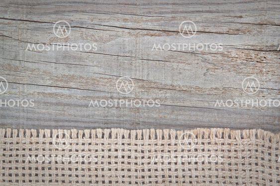 Vævet sæk på tekstur af træ.