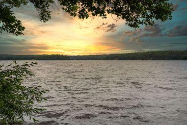 Vacker solnedgång över Mälaren med vatten och horisont.