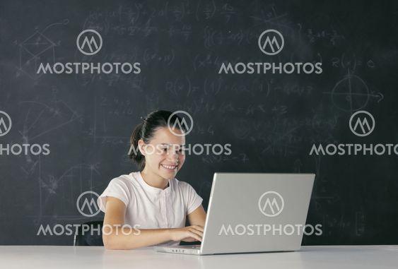 Ung student med bärbar dator