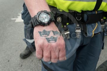 Väktare med Tre kronor tatuerad på sin hand, Stockholm,...