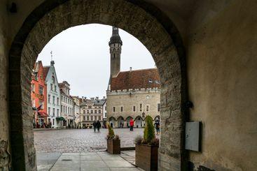 Torget i gamla stan Tallinn sett genom tunnel.