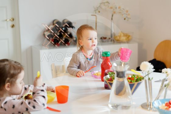 Barn vid middagsbordet