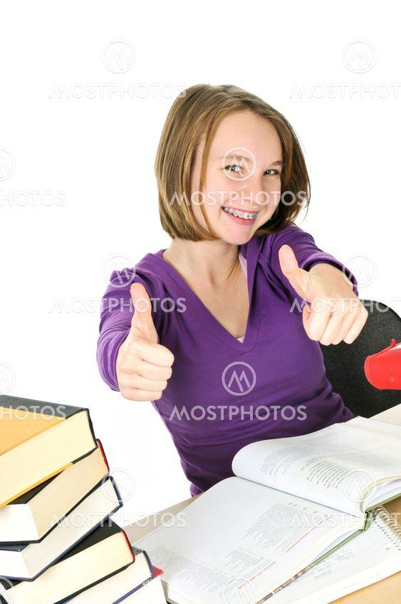 Teenage girl studerer