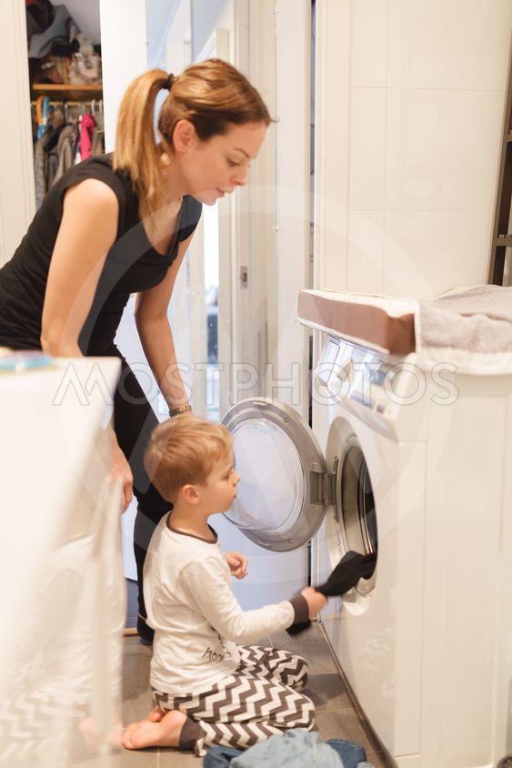 Mamma och barn tvättar
