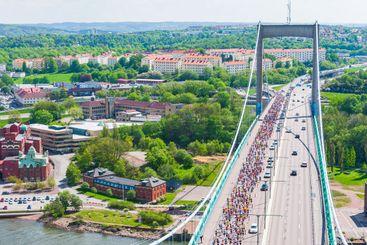 View from Älvsborg Bridge to people running Göteborgsvarvet