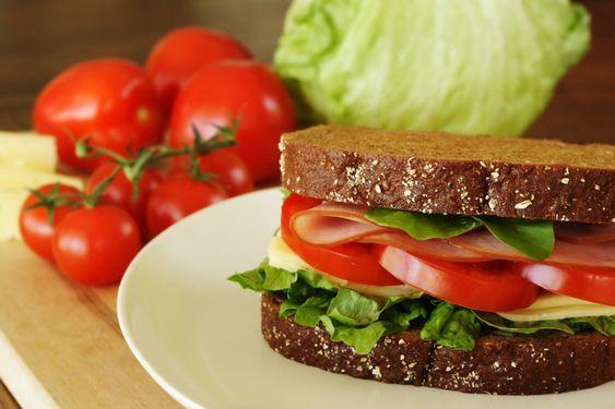 Бутерброды с помидорами и салатом