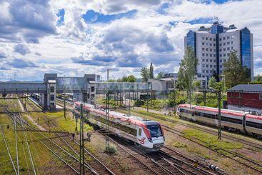 Tåg på stationen i Borlänge en solig sommardag