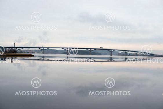 Sundsvallsbron med pappersbrukets rök i bakgrunden