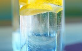 Photo of macro clear water with lemon in a glass Cup