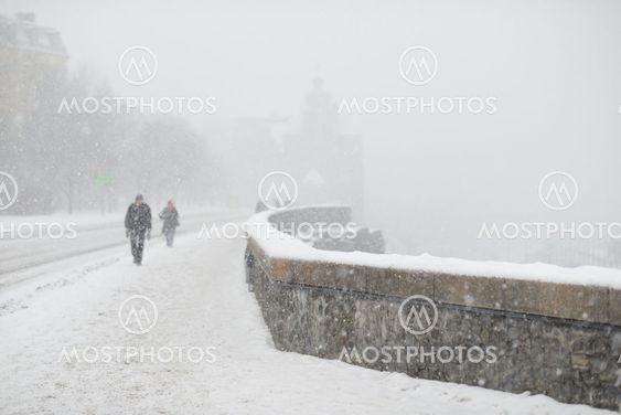 Vandrar Katarinavägen ner mot slussen i snöfallet