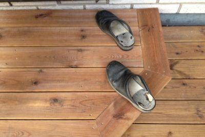 träskor på trappa