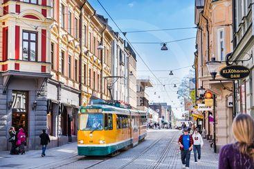 Spårvagn på Drottninggatan i Norrköping / Tram in...