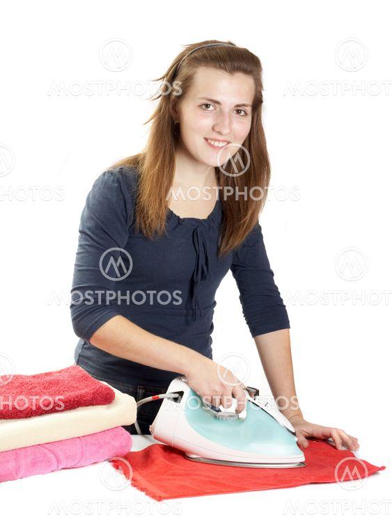 Женщина гладит себя прям