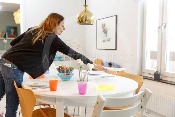 Kvinna dukar bord