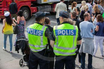 Poliser håller uppsikt.