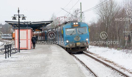 pendeltåg mot märsta vid Rönninge station