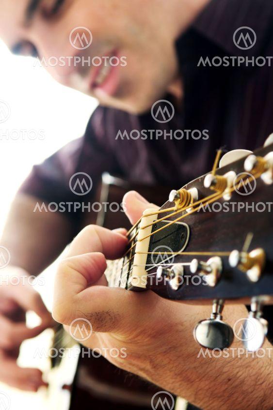 Mand spille en guitar