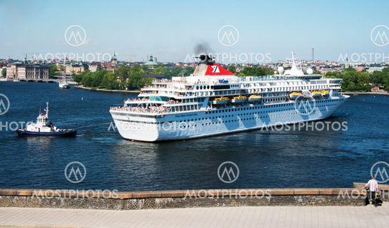 Bogserbåt hjälper kryssningsfartyget, Balmoral att vända...