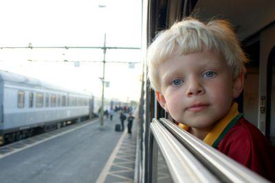 Pojke åker tåg