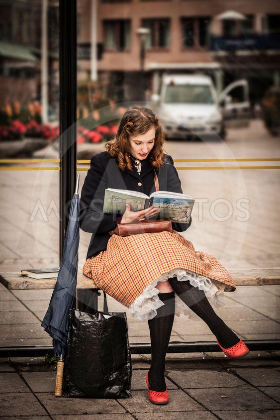 Tjej väntar på bussen