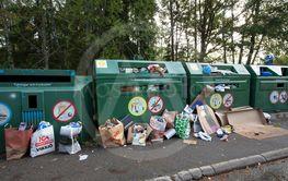 Nedskräpning på en återvinningsstation, Vällingby, Sverige.