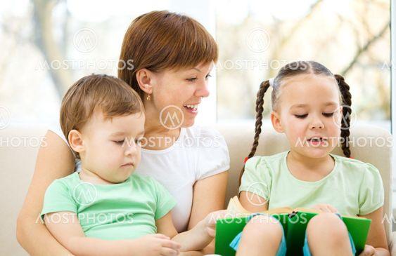 Familien læser bog