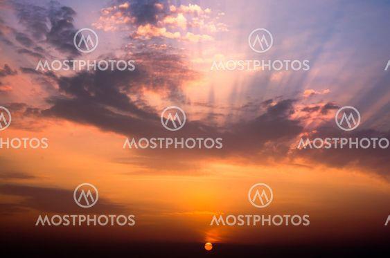 Vackra molnlandskap liggande Soluppgång