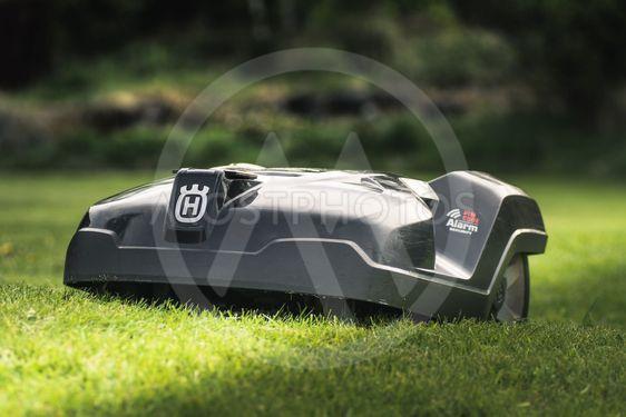 Närbild av en robot gräsklippare