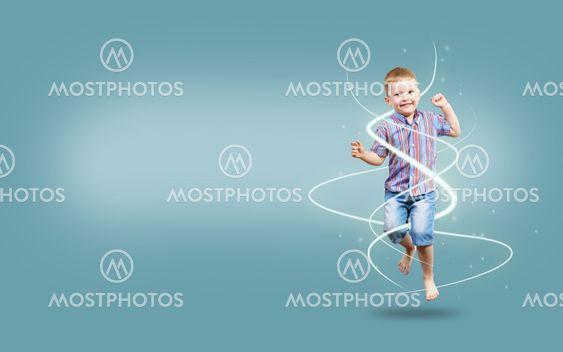 dreng hoppe hænder op