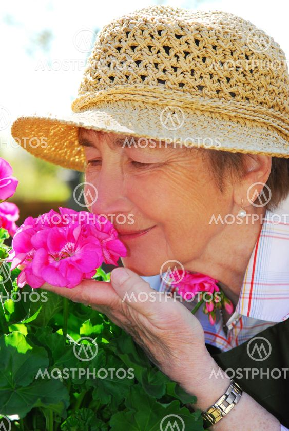 Puutarhaa hoitava ylin nainen