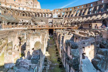 Colosseum sett inifrån i marknivå under golvet.
