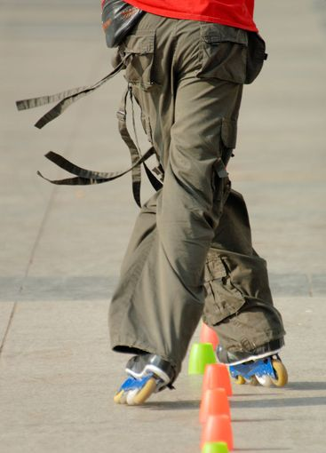 Inlineskater with thread trousers