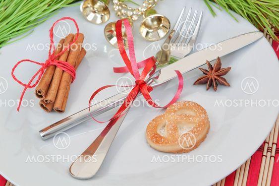 Keittiö järjestely esineet ja joulun kellot.