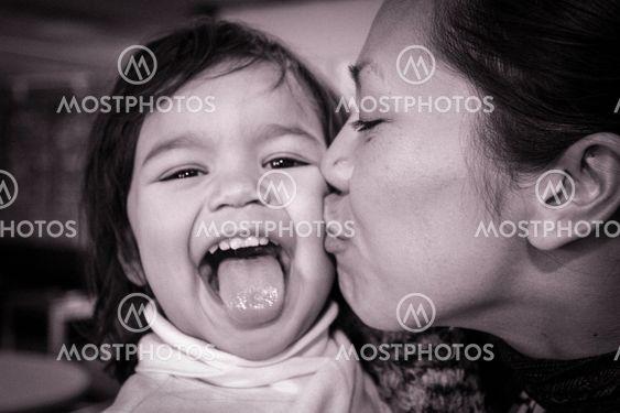 barn får puss av sin mamma